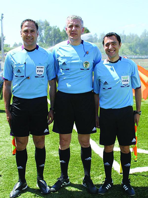 oão Santos (ao cen.), com Olegário Benquerença (à esq.) e Bertino Miranda (à dir.) no jogo de despedida / Foto: Direitos Reservados