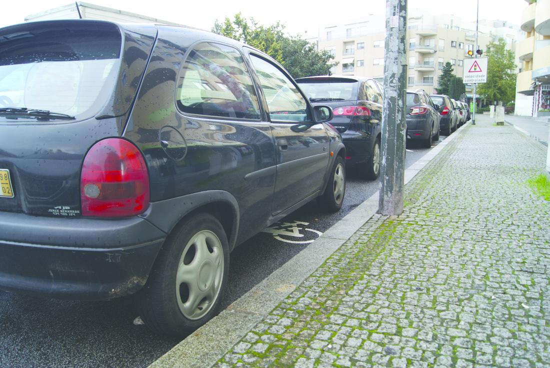 No centro de Gondomar os condutores estacionam por cima das ciclovias / Foto: Ricardo Vieira Caldas