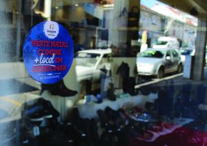As lojas aderentes estão identificadas / Foto: Pedro Santos Ferreira