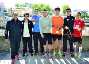 André Pereira rodeado com os companheiros de treino e o treinador (à esq.) Carlos Tavares / Foto: Pedro Santos Ferreira