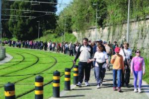 Várias centenas de pessoas participaram na 6ª caminhada / Foto: Ricardo Vieira Caldas