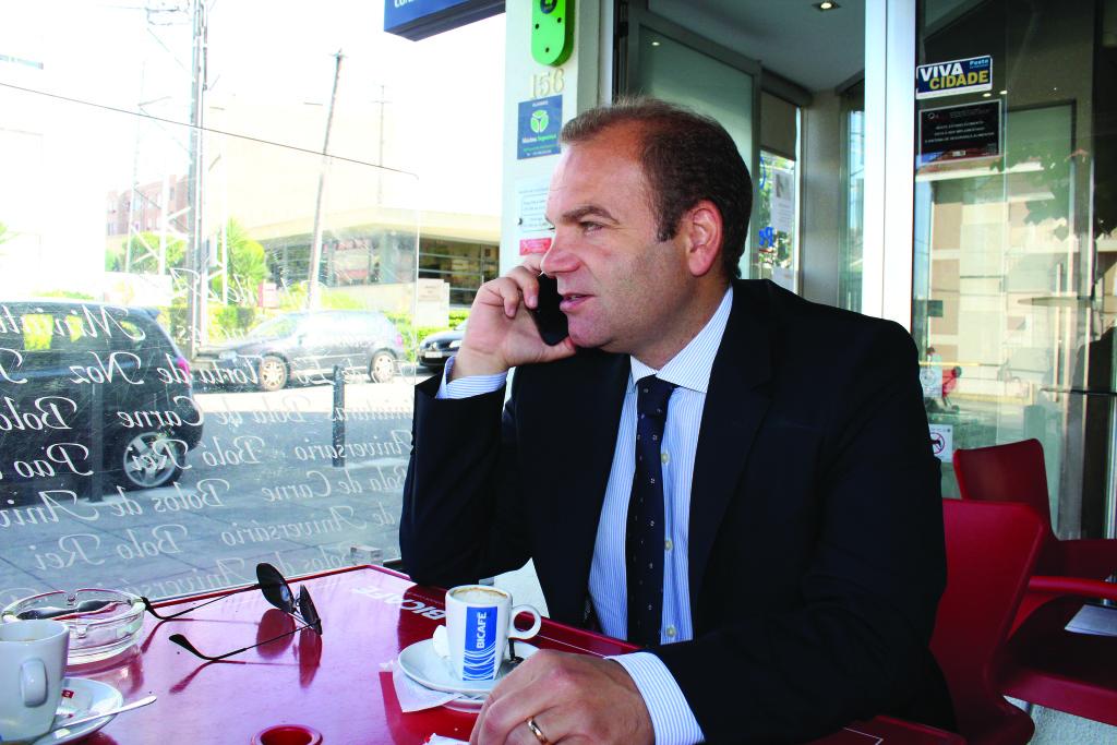 Nuno Coelho toma o pequeno almoço perto da Junta / Foto: Pedro Santos Ferreira