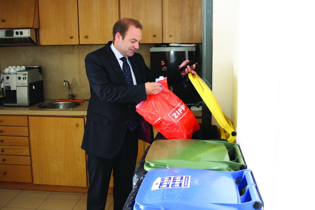 Nuno Coelho faz reciclagem na Junta / Foto: Pedro Santos Ferreira