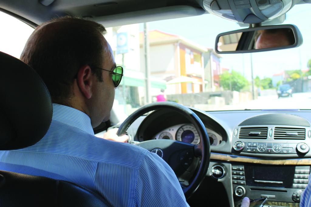 No carro, Nuno Coelho ouve as notícias do dia / Foto: Pedro Santos Ferreira