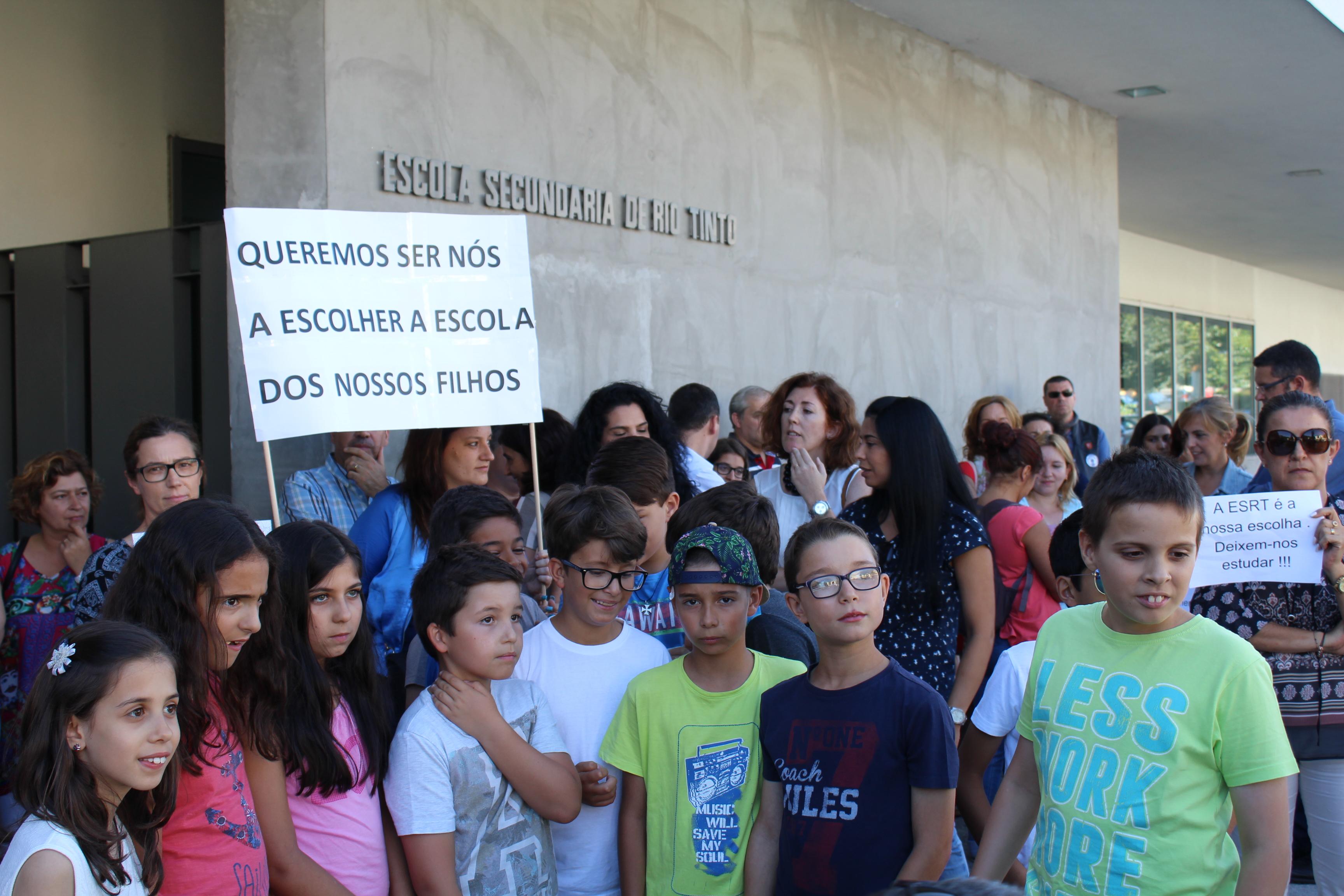 Protesto de pais na Escola Secundária de Rio Tinto - julho 2016